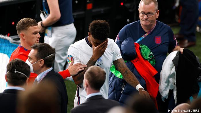 Boris Johnson y príncipe William rechazan los insultos racistas contra futbolistas ingleses que erraron sus penales en la final de la Eurocopa