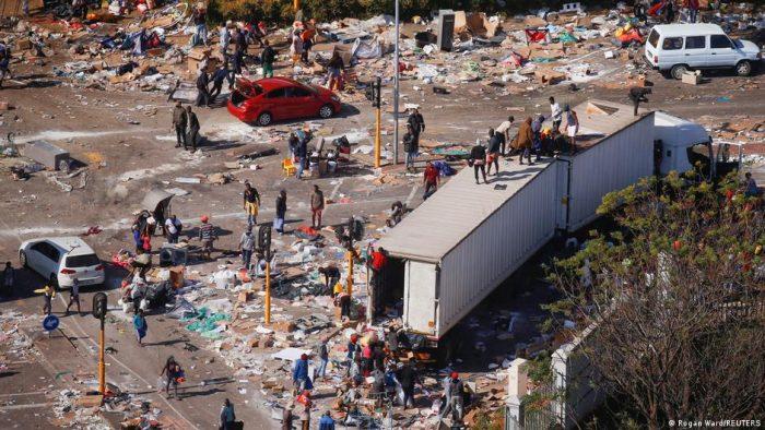 Casi 120 personas han muerto en saqueos y disturbios en Sudáfrica