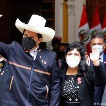 """Pedro Castillo asume como presidente de Perú: juró """"por los campesinos, pescadores, niños"""" y por """"una nueva Constitución"""""""