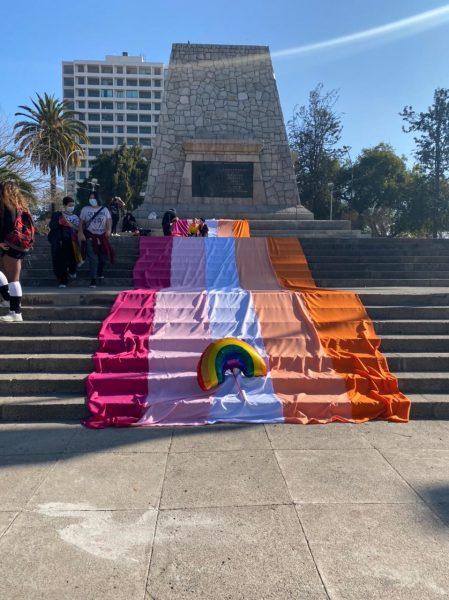 Día de la Visibilidad: izan la bandera lésbica más grande del mundo
