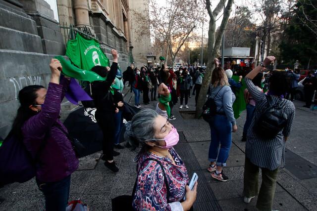 Protestas en Santiago: organizaciones feministas piden aborto libre y familiares de presos del estallido instan indulto