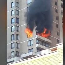 Incendio en piso 16 de edificio en Santiago dejó tres personas afectadas: Bomberos controló las llamas