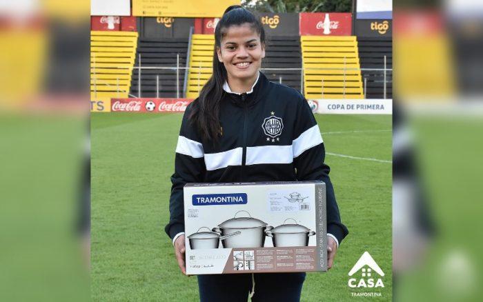Jugadora paraguaya es elegida como la destacada del partido y le entregan un set de ollas como reconocimiento a su desempeño