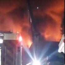 Gran incendio fue acompañado con fuertes explosiones en fábrica de colchones en Coquimbo