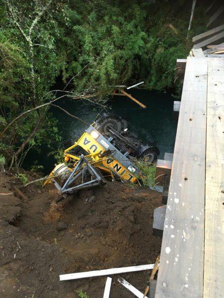 No hubo heridos: Grúa pluma de alto tonelaje cayó desde un puente en Puyehue
