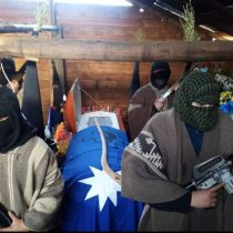 Encapuchados fuertemente armados resguardan el féretro del integrante de la CAM, Pablo Marchant