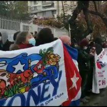 Nueva jornada de protestas frente al consulado de Cuba en Chile: asistentes se manifiestan a favor y en contra de Díaz-Canel