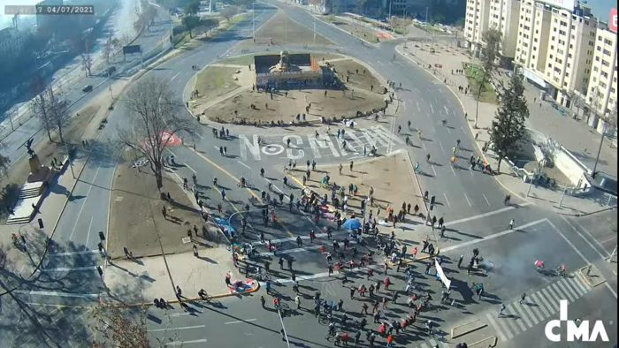 Manifestaciones en Plaza Italia: sujetos derribaron parte de muro que protegía base de monumento a Baquedano
