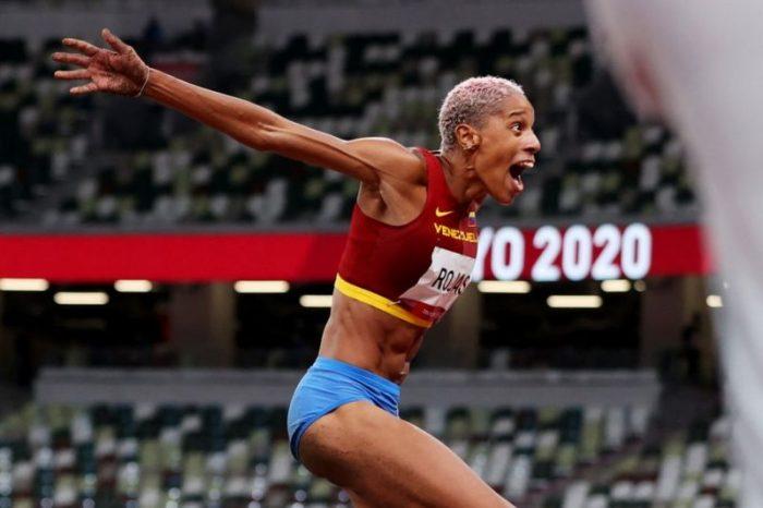 La venezolana Yulimar Rojas gana oro en salto triple femenino en Tokio y bate el récord olímpico y mundial
