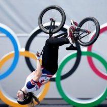 """Olímpicos de Tokio: la espectacular pirueta """"a ciegas"""" que llevó a una ciclista a ganar el oro en BMX estilo libre"""