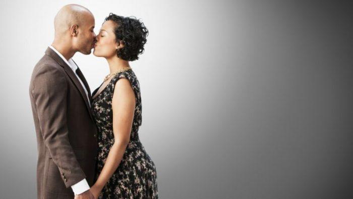 Por qué los seres humanos empezamos a besarnos