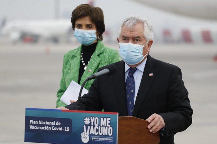 Cargamento con 2 millones de dosis de la vacuna Sinovac fue recibido por el ministro Enrique Paris y la subsecretaria Paula Daza en el aeropuerto de Santiago