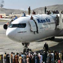Caos en el aeropuerto de Kabul: Afganos que intentan salir del país tras llegada de talibanes al poder se aferran a aviones en pleno despegue