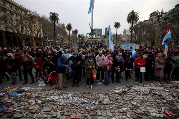 Argentinos realizaron manifestación frente a la Casa Rosada por el manejo de la pandemia por parte del gobierno