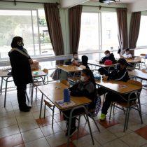 Jornadas de más 16 horas y altos niveles de crisis emocional: los alarmantes resultados de encuesta sobre impacto de la pandemia en profesores y profesoras