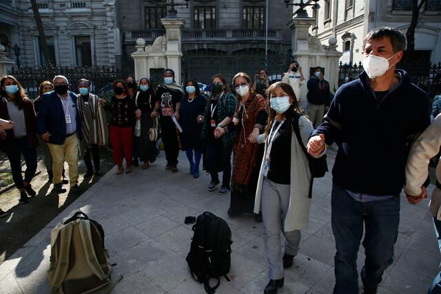 Al son de Víctor Jara: a un mes de iniciada la Convención, constituyentes realizan transversal ronda con