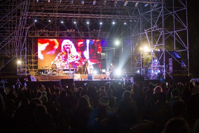 Casos activos de Covid-19 siguen bajando en Chile, que ya celebra conciertos