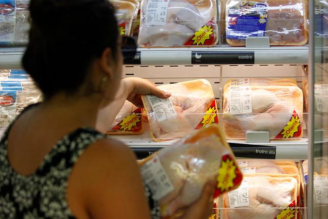 Colusión en precios de los pollos sigue penando a supermercados: Sernac demandará a Walmart y SMU y pedirá compensación a consumidores