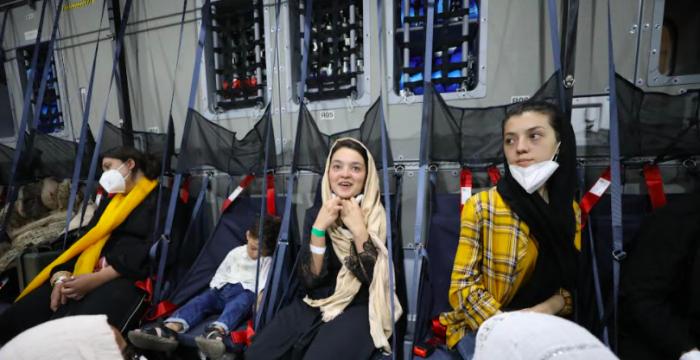 Insólito: Gobierno no costea pasaje de refugiada afgana a Chile
