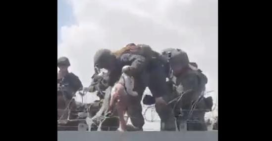 Impactantes imágenes dan muestra de la entrega de bebés por parte de familias afganas a soldados estadounidenses que se están retirando del país