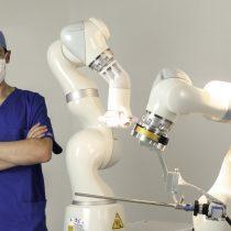 Médico chileno crea robot para cirugía abdominal único en el mundo