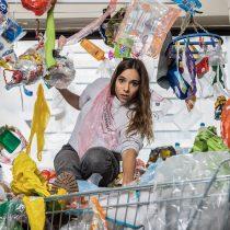 Figuras públicas llaman a tomar conciencia sobre la invasión del plástico en nuestras vidas con impactantes fotos
