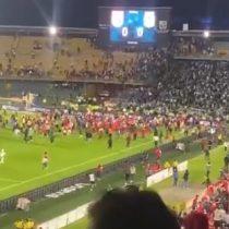 Retorno del público en el fútbol colombiano terminó con batalla campal entre las hinchadas rivales