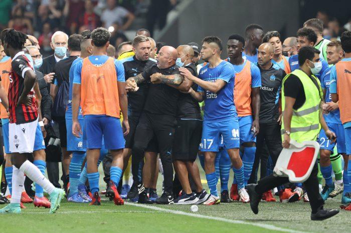 Un descontrolado Jorge Sampaoli tuvo que ser contenido tras invasión del público en encuentro entre Niza y Marsella