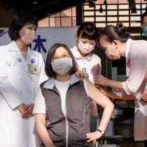 Presidenta de Taiwán recibe vacuna contra el covid-19 de fabricación nacional