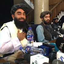 En su primera conferencia de prensa tras tomar control de Kabul, talibanes dicen que quieren paz y que respetarán derechos de mujeres bajo la ley islámica