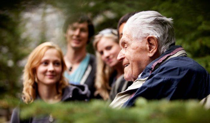 La soledad de jóvenes y mayores se atenúa con las experiencias intergeneracionales