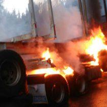Ataque incendiario en Quilleco: desconocidos quemaron siete camiones en predio forestal