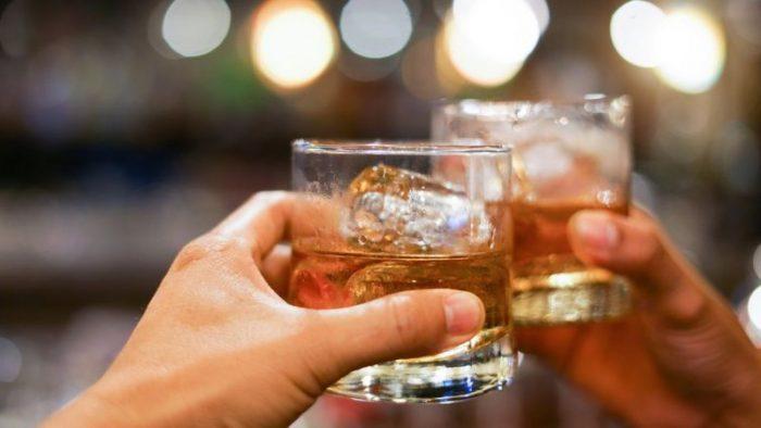 ¿Por qué beber alcohol aumenta el riesgo de cáncer?