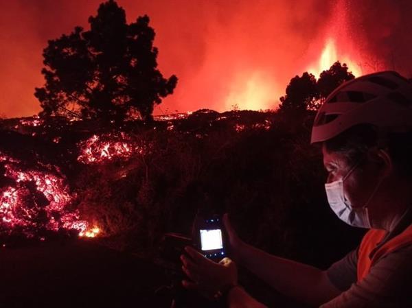 Lava del volcán de La Palma arrasa con todo a su paso consumiendo infraestructura y casas
