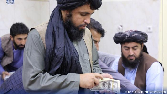 Talibanes confiscan más de 12 millones de dólares a ex altos funcionarios afganos