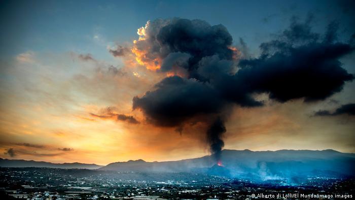 Nueva colada del volcán de La Palma avanza hacia el mar