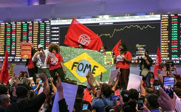 Manifestantes ocupan la Bolsa de Sao Paulo contra alza de precios y desempleo