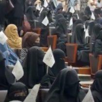 Mujeres marchan en Kabul en apoyo al régimen talibán
