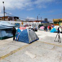 Vecinos de Iquique realizan donaciones a migrantes que sufrieron quema de enseres