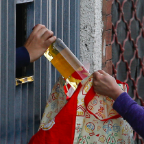 Denuncian venta ilegal de alcohol a través de redes sociales