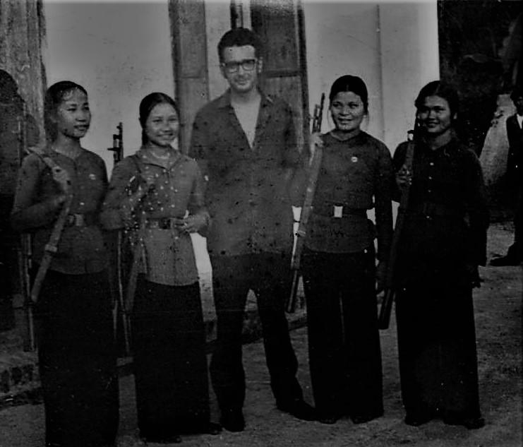 José Rodríguez Elizondo junto a milicias de Vinh en Vietnam
