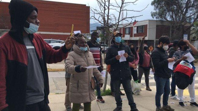 Grupo de ciudadanos haitianos realizaron manifestación al exterior de comisaria de La Ligua tras asesinato de hombre por parte de un carabinero