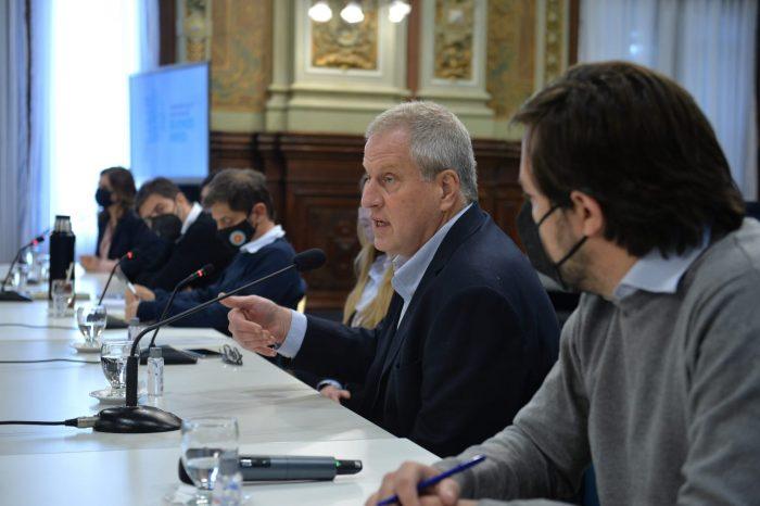 El comentado gesto del nuevo ministro de Educación argentino: antes de jurar alejó la biblia de la Constitución
