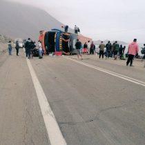 Bus vuelca en camino a Iquique: habrían 40 lesionados