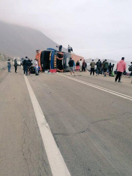 Bus vuelca en camino a Iquique: accidente deja unos 40 lesionados