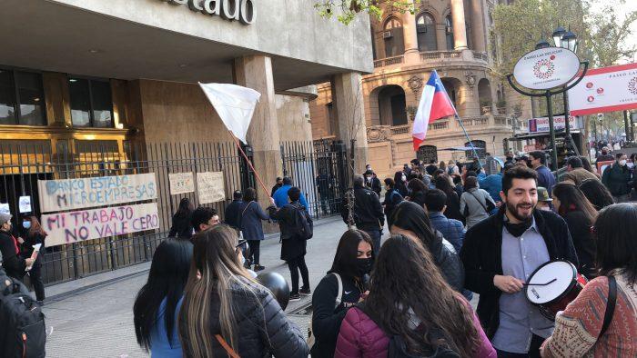 Sindicato de BancoEstado Microempresas inicia primera huelga de su historia y Gobierno llama a