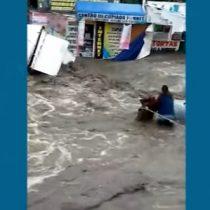 Captan momento justo en que hombre es arrastrado por las fuertes lluvias en México