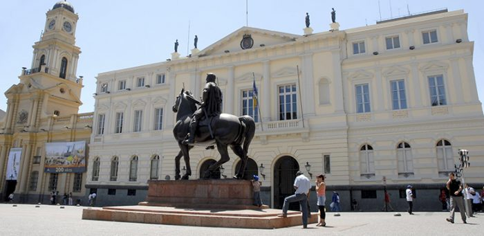 Municipalidad de Santiago interpuso querella criminal por millonarias indemnizaciones a directivas de confianza del exalcalde Alessandri