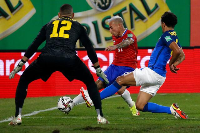 La Roja cae por el mínimo ante Brasil y complica su posición de cara al Mundial