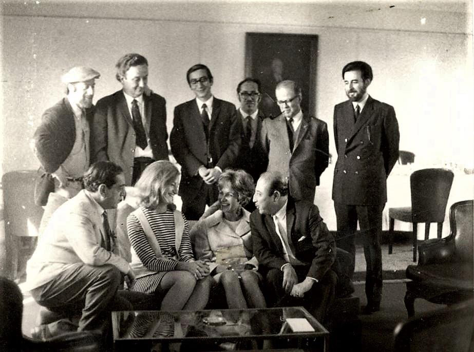 ZigZag 1971, arriba: Jaime Celedón, Sergio Vodanovic, Leonardo Cáceres, Omar Ramírez, José María Navasal, José Rodríguez Elizondo. Abajo: Tito Mundt, Ruby Ann Gumpertz, Lidia Baltra, Julio Martínez.